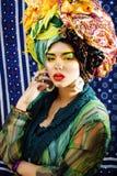 Gillar den ljusa kvinnan f?r sk?nhet med id?rikt smink, m?nga sjalar p? huvudet cubian, ethnoblickcloseupen royaltyfria bilder