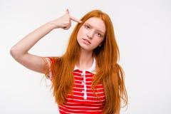 Gillar den unga kvinnan för den deprimerade rödhåriga mannen med fingret till templet vapnet Royaltyfria Bilder
