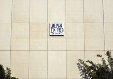 ` Gillar, man, I-` M som tröttas av det väntande `-tecknet på LACMAEN - den Los Angeles County konstmuseet, på Augusti 12th, 2017 royaltyfri fotografi