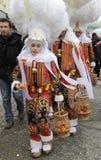 'Gille' z ciężkim strusiem upierza kapelusz i pomarańcze, Binche karnawał, Belgia obrazy royalty free