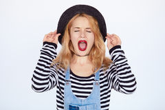 Gillend blondemeisje die manierkleren dragen Stock Foto's