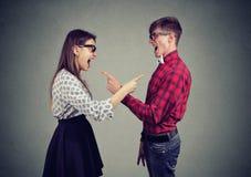Gillend jong paar die conflict hebben stock fotografie