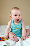 Gillende babyjongen Stock Fotografie