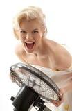 Gillende huisvrouw met ventilator Royalty-vrije Stock Foto