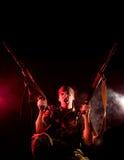 Gillende militair met twee kanonnen Stock Afbeeldingen