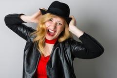 Gillende vrouw in een zwart jasje Stock Fotografie