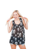 Gillende Vrouw in schedelt-shirt Stock Fotografie