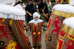 'Gilles', der auf Grand Place, Faschingsdienstag, Binchspitzen-Karneval, Belgien tanzt Stockfoto