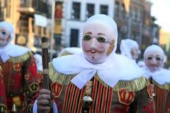 'Gilles die' zijn 'Ramon houden en zijn masker, Ochtend dragen van Vastenavond, bij Kant van Binche Carnaval, Stad van Kant van B royalty-vrije stock afbeeldingen
