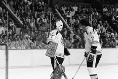 Gilles Gilbert y Phil Esposito, Boston Bruins Foto de archivo
