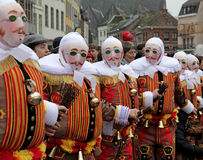 Gilles portant leur masque traditionnel de cire, carnaval de dentelle binche, Belgique Image libre de droits