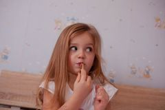 Gilr младенца используя губную помаду стоковое фото