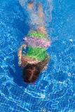 Gilr das crianças que nada debaixo d'água na associação azul Imagem de Stock