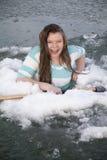 Gilr nella tenuta del ghiaccio con la risata dell'ascia Fotografia Stock