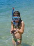 Gilr in overzees met het duiken masker en zeeëgel Royalty-vrije Stock Foto