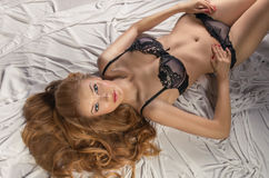 Gilr riccio sexy in biancheria nera Fotografia Stock