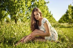 Gilr se reposant de beauté dans le jardin photo libre de droits