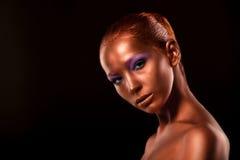gilt Close up da cara da mulher dourada Composição dourada futurista Bronze pintado da pele Imagens de Stock