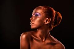 gilt Plan rapproché du visage de la femme d'or Maquillage doré futuriste Bronze peint de peau photo libre de droits