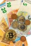 Giltiga eurosedlar och Bitcoin Riskinvestering Faktisk valuta Online-handel Royaltyfri Fotografi