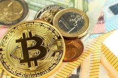 Giltiga eurosedlar och Bitcoin Riskinvestering Faktisk valuta Online-handel Arkivfoto