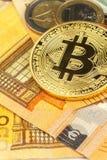 Giltiga eurosedlar och Bitcoin Riskinvestering Faktisk valuta Online-handel Royaltyfria Foton
