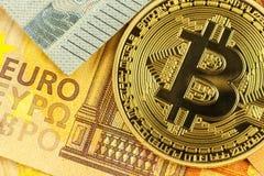 Giltiga eurosedlar och Bitcoin Riskinvestering Faktisk valuta Online-handel Royaltyfri Bild