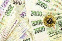 Giltiga tjeckiska sedlar och Bitcoin Riskinvestering Faktisk valuta Online-handel Royaltyfri Bild
