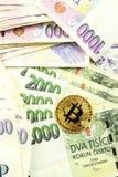 Giltiga tjeckiska sedlar och Bitcoin Riskinvestering Faktisk valuta Online-handel Arkivbild