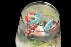 Gim e tônico com feijões de geleia imagens de stock