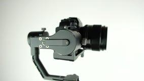 Gimbal met digitale camera roteert op witte achtergrond stock video