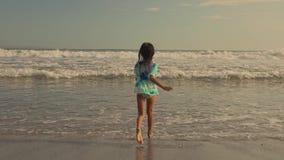 Gimbal tropi sekwencję lat piękni i szczęśliwego Azjatyckiego Indonezyjskiego dziecko dziewczyny biegać beztroski na plaży 8 lub  zbiory
