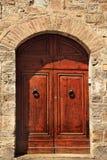 古老棕色门道入口gimignano意大利圣石头 库存图片