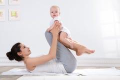 Gimnasia de la madre y del bebé Foto de archivo libre de regalías