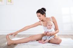 Gimnasia de la madre y del bebé Foto de archivo