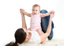 Gimnasia de la madre y del bebé, ejercicios de la yoga imagenes de archivo