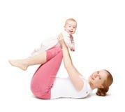 Gimnasia de la madre y del bebé, ejercicios de la yoga aislados Imagen de archivo