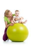 Gimnasia para el bebé en bola de la aptitud fotografía de archivo libre de regalías