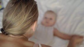 Gimnasia para el bebé sano almacen de video