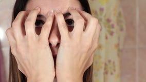Gimnasia para una cara, mujer que hace ejercicios antienvejecedores Ejercicios del facial de Facebuilding Yoga de la cara Primer almacen de video