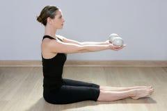 Gimnasia tonning del deporte de los aeróbicos de la yoga de la mujer de la bola de Pilates Foto de archivo libre de regalías
