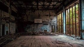 Gimnasio abandonado de la escuela en Chernóbil Ucrania imágenes de archivo libres de regalías