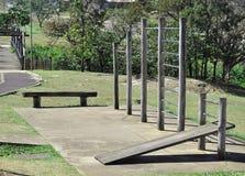Gimnasio al aire libre en parque con las porciones de verde Imagenes de archivo