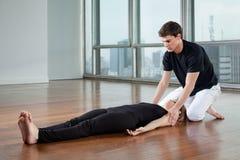 Gimnasio de Assisting Woman At del instructor de la yoga fotografía de archivo libre de regalías