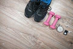 Gimnasio de la aptitud y equipo corriente Cronómetro y zapatillas deportivas, cuerda de salto y jugador de música Foto de archivo