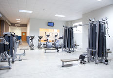 Gimnasio del club de fitness con el interior del equipo de deporte Fotografía de archivo libre de regalías