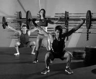 Gimnasio del ejercicio del entrenamiento del grupo del levantamiento de pesas del Barbell Imagen de archivo libre de regalías