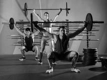 Gimnasio del ejercicio del entrenamiento del grupo del levantamiento de pesas del Barbell Foto de archivo