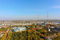 Gimnasio ningún 16 y el parque de la escuela Tyumen Imagenes de archivo