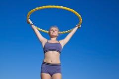 Gimnasta de la muchacha con un ejercicio del aro Foto de archivo libre de regalías